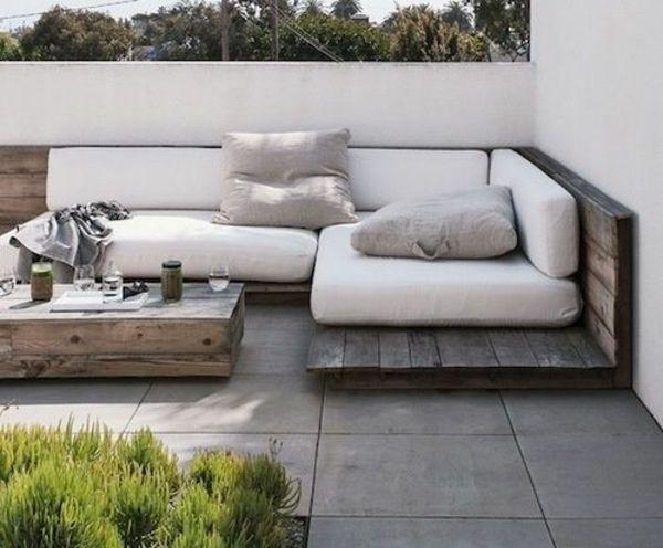 etwas zu rustikal selbst gebautes sofa, aber die richtung ist schön. holz unterbau mit dicken kissen drauf.