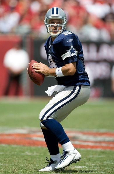 Tony Romo Photos Photos - Quarterback Tony Romo #9 of the Dallas Cowboys looks for an open receiver against the Tampa Bay Buccaneers during the game at Raymond James Stadium on September 13, 2009 in Tampa, Florida. - Dallas Cowboys v Tampa Bay Buccaneers