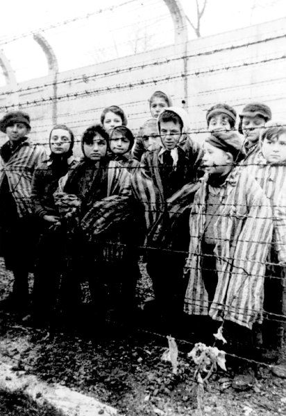 Schon vor der Befreiung hatten Häftlinge geplant, Auschwitz-Birkenau zu einem Denkmal zu machen. 1946 übernahm der ehemalige Häftling Tadeusz Wasowicz den Aufbau des Museums. Als Mitarbeiter wählte er vor allem ehemalige Häftlinge des Konzentrationslagers aus. Auf dem Bild sind einige der wenigen Kinder zu sehen, die die Rote Armee in Auschwitz retten konnte.