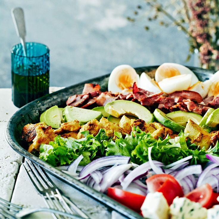 Cobb eli amerikkalainen kanasalaatti. Ainekset muistat helposti: EAT COBB eli egg, avocado, tomato, chicken, onion, bacon, blue cheese.