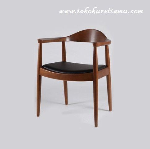 Kursi Cafe Model Jepara KCF-013 ini memiliki desain unik dan menarik sehingga akan memberi warna pada interior maupun eksterior cafe anda