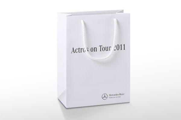 Papiertaschen mit Druck mit einer Druckfarbe und einer schönen Mattlaminierung.