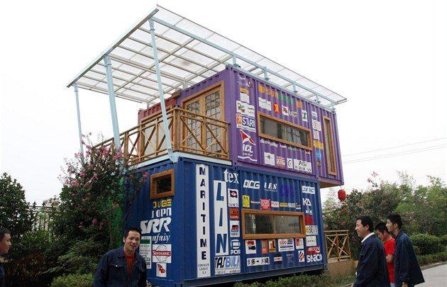 Čínská společnost Changzhou Xinhuachang International Containers začala nabízet domy složené z transportních kontejnerů již v roce 2010. Dnes jich stojí více než tisíc a mnohé z nich putovaly do zahraničí.
