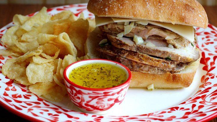El mojo es una salsa de ajo y naranja agria popular en la comida cubana. El sándwich de cerdo con mojo puede convertirse en uno de tus platos preferidos. Tiene mucho sabor, es jugoso y delicioso. ¡Les va a encantar a todos!   Preparé un lomo de cerdo al horno para hacer esta receta, pero ustedes pueden aprovechar el cerdo que les sobre de algún otro plato durante las fiestas de Navidad y fin de año.   Acompáñenlo con papas o yuca frita, ¡quedará delicioso!