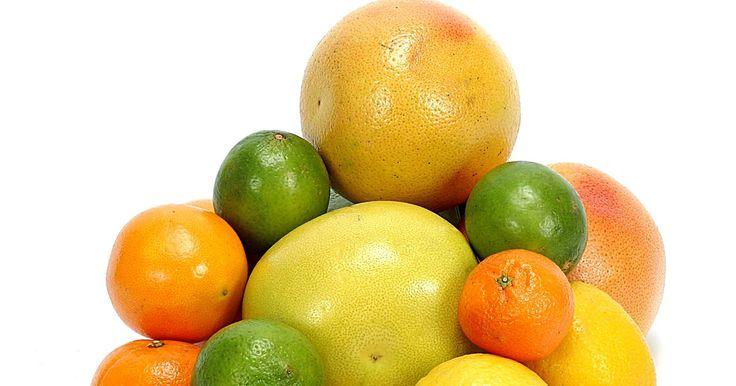Dicas para extrair óleo de cascas de frutas. Alguns dos usos mais comuns para óleos essenciais são em aromatizadores de ambiente, loções e para aromaterapia. Muitos spas vendem estes óleos, mas você também pode extraí-los em casa a partir das cascas de toranjas, limões, limas e laranjas. Os óleos cítricos tem sabor delicioso e também auxiliam no alívio do estresse e da depressão com os seus ...
