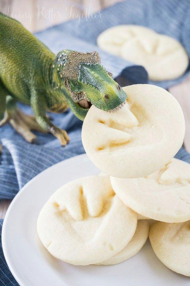 Dinosauriekaka   Gör kakor och tryck en leksaksdinosauries fot på dem för att göra fotspår. Baka enligt receptet!