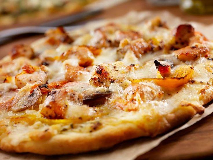 Paprika Huhn Pizza    Meine Kinder wünschen sich Pizza zum Mittagessen …    Kein Problem. Mit einem Boden aus Quark Öl Teig gelingt die garantiert und vor allem in kürzester Zeit. (Das schafft nicht einmal das Pizzataxi)    Dem Geschmack tut das keinen Abbruch.    http://einfach-schnell-gesund-kochen.de/paprika-huhn-pizza/