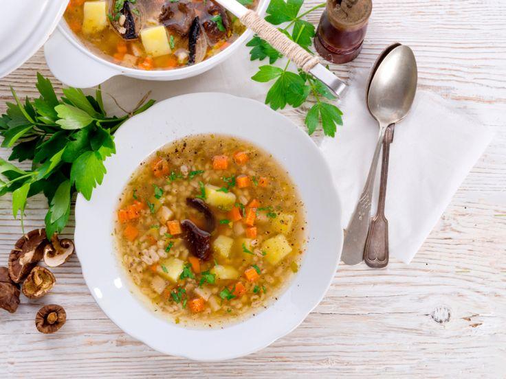 Ein würziger Topf voller Gemüse, Rindfleisch und leckeren Graupen entsteht mit diesem Rezept für die polnische Spezialität Krupnik.