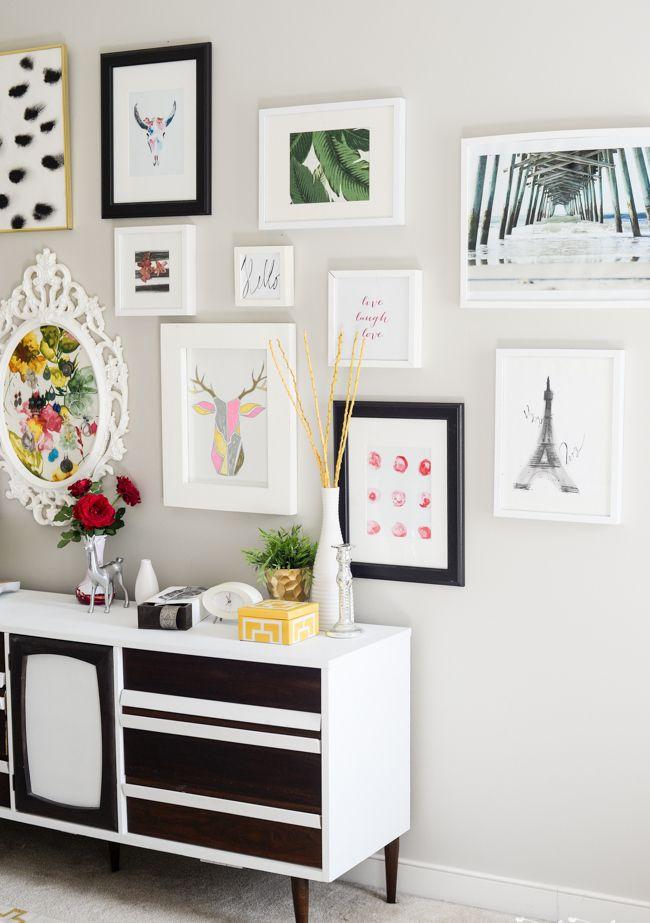 55 идей мебели для прихожей в современном стиле (фото) http://happymodern.ru/mebel-dlya-prikhozhey-v-sovremennom-stile/ Низкий удобный комод с контрастной отделкой фасада для хранения мелких вещей и декор стены картинами Смотри больше http://happymodern.ru/mebel-dlya-prikhozhey-v-sovremennom-stile/