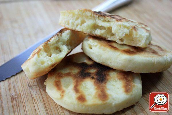 Tigelle per celiaci: Miscelate le farine con il lievito, setacciatele e mettetele in una ciotola. Sbattete 1 uovo e aggiungetene la dose indicata alle farine, un