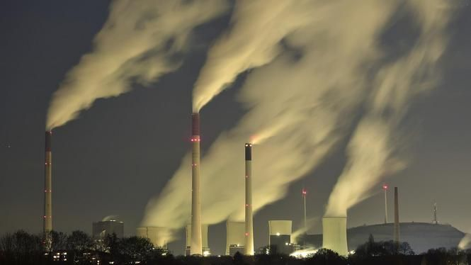 Volkskrant: Teveel kosteloze vervuiling in verleden van multinationals - Ook de met kolen gestookte energiecentrale van Eon in Gelsenkirchen (Duitsland) vervuilt het milieu met CO2. Shell, DSM, AkzoNobel en de NAM moeten meer gaan betalen voor hun uitstoot.