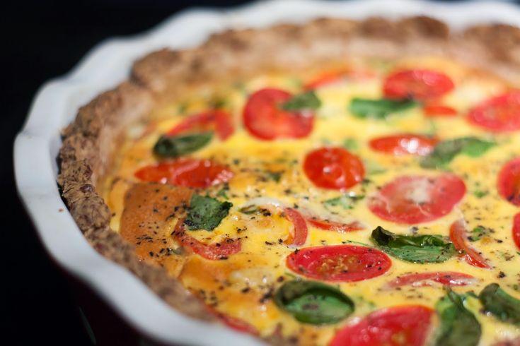 Mmm, tomat og basilikum passer alltid så bra sammen. Denne paien har begge, i tillegg til en deilig, grov bunn som metter skikkelig. Pai er god høstmat! Hvor mange? 1 pai = 8 paistykker. Hvor lenge? Ca en times tid. Vegan? Nei, lakto-ovo-vegetar. Du trenger: Én grov paibunn – oppskrift her! 3 økologiske egg 250 ...read more →