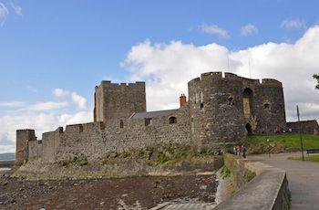 CARRICKFERGUS CASTLE Carrickfergus CastleEsse fabuloso castelo foi construído em 1180 e está ainda bem preservado. Serviu como uma fortaleza para inúmeros governadores e conquistadores durante a sua existência, entre eles os franceses, escoceses, ingleses e também tropas irlandesas. O castelo fica a 16 quilômetros do centro de Belfast. Preço: 5 libras.