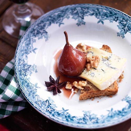 Oélala, van deze heerlijke stoofpeertjes kunnen wij echt niet afblijven! De bijzondere twist van blauwe kaas zal je verrassen, wij zijn reuze benieuwd wat je er van vindt.    1 Schil de peren en laat het steeltjeeraan zitten. Snijd het...