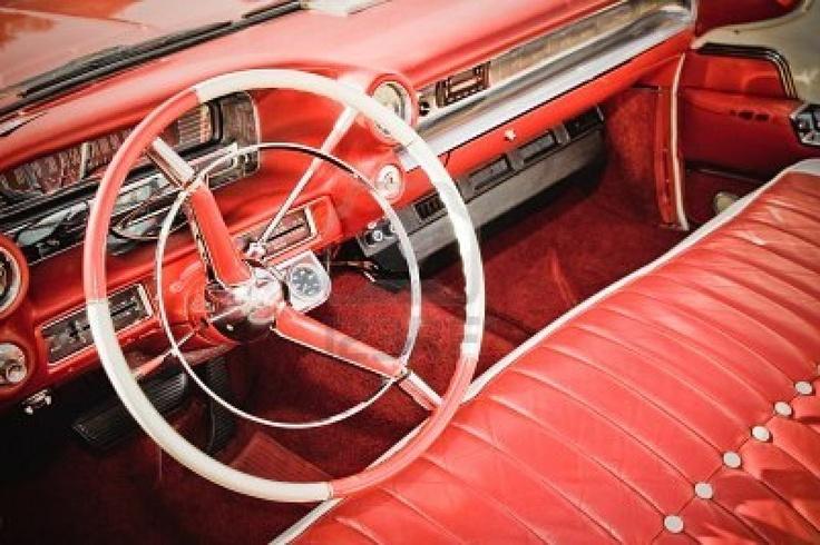 retro stijl klassieke auto interieur met rode lederen bekleding en bijpassende dashboard Stockfoto