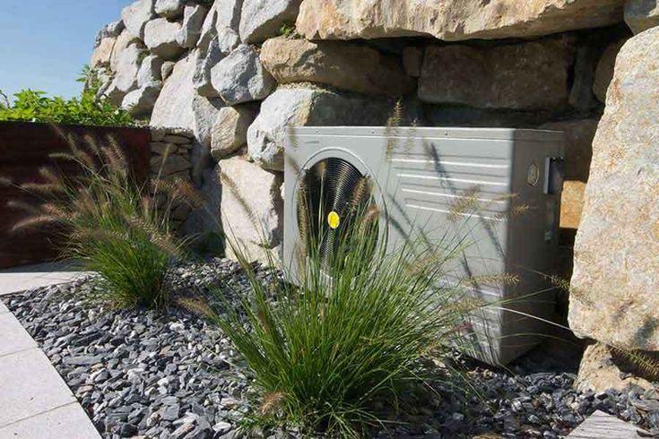Die Wärmepumpe ist unscheinbar in den Garten eingebunden.