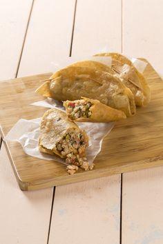 Aquí te presentamos una receta de pescado muy tradicional en el estado de Guerrero en México. Deliciosas quesadillas de pescado cocinado con jitomate y especias. Las pescadillas son quesadillas fritas, muy sabrosas. Éste platillo es muy versátil, ya que pueden ser una rica botana o un plato fuerte.