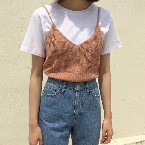 Camiseta branca + Sobreposição com blusa de alcinha + Jeans de cintura alta