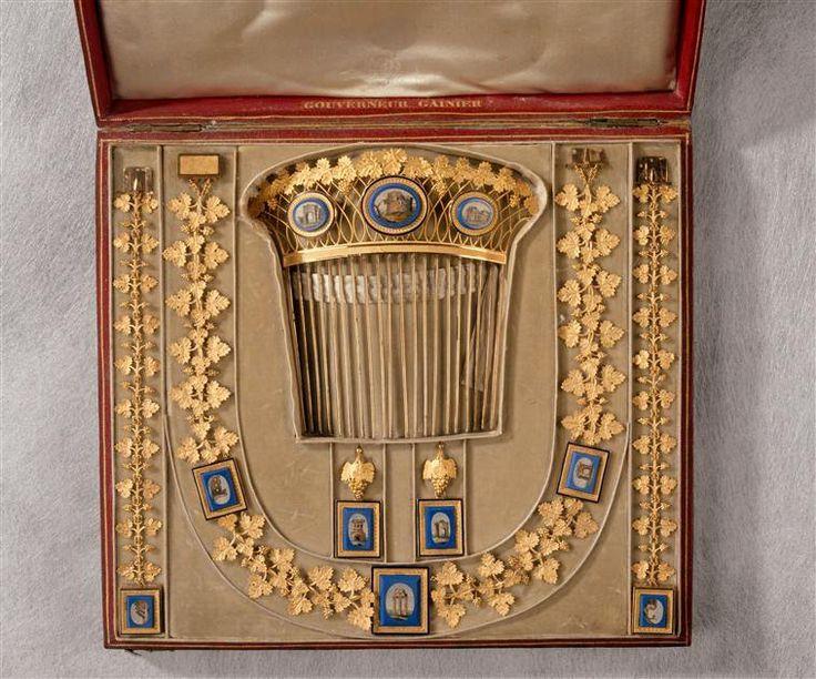 François-Regnault Nitot : Parure en or et mosaïques, avec son écrin. Composée d'un collier, d'une paire de bracelets et de boucles d'oreilles ; offert par Napoléon Ier à l'archiduchesse Marie-Louise comme présent de mariage le 28 février 1810 (Louvre)