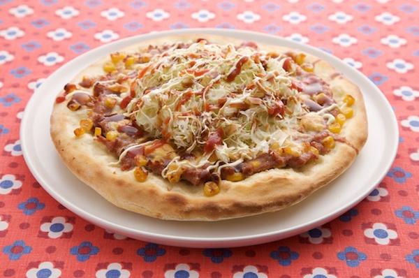 ボリューム満点、挽き肉とコーンの千切りキャベツのせピザ。/もっちり手打ちパスタ&手作り生地のあつあつピザ(「はんど&はあと」2013年3月号)