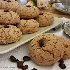 I biscotti al caffè e mandorle, sono dei biscotti semplicissimi da realizzare e buonissimi. Sono croccanti all'esterno e morbidissimi all'interno.