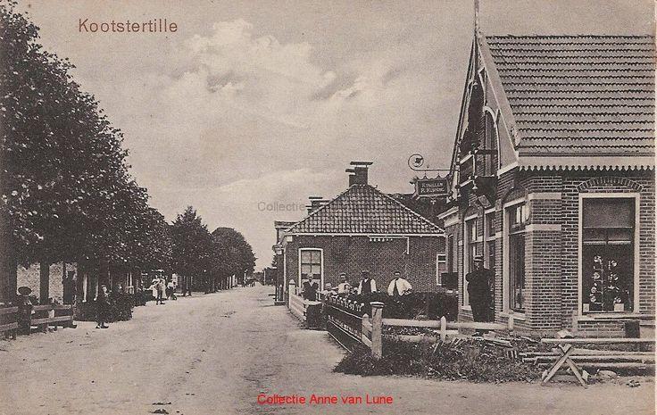 Tillebuorren vanuit noordelijke richting Plaats:    Kootstertille Datering: 1913 Het eerste huis rechts werd bewoond door rijwielhandelaar Reid Keuning. Daarnaast was het pand van slager Gerrit Posthumus (ook op de foto). Het derde huis was van Mindert Hoeksma.