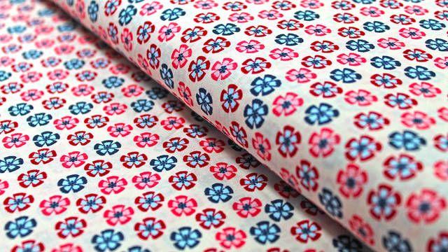 Dieser dünne und weiche Stoff aus der Vintage-Reihe von By Poppy ist mit kleinen Blümchen in rosa, rot und blau auf beigem Grund bedruckt. Er eignet sich zum Beispiel für sommerliche Blusen, Kleider, Vorhänge und Bettwäsche für Erwachsene und Kinder.  By Poppy entwickelt stetig frische und bunte Stoffkollektionen, um kreative Näher immer wieder zu neuen Projekten zu inspirieren.  Unsere Stoffe werden immer am ganzen Stück und in einem Paket verschickt. Auch bei der Verpackung achten wir auf…