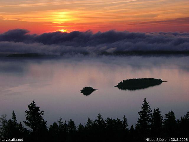 taivasalla.net - Under the Open Sky - August 2006, Lieksa: Morning fog in Koli National Park, part 1. A fog bank above Pielinen lake approaches two small islands at sunrise. Picture taken near Ukko-Koli, which is the highest hilltop in the region.