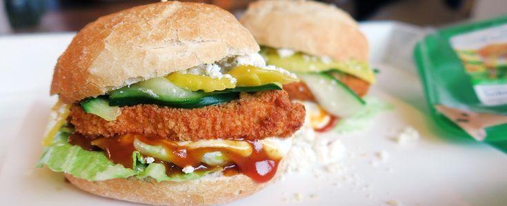 Gewoon wat een studentje 's avonds eet: Vegetarische kipschnitzel op een broodje met mango, geitenkaas, komkommer en sla