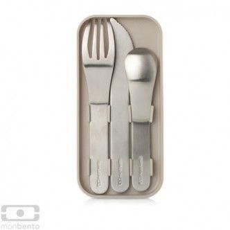 Le posate in acciaio inox di Monbento, riponibili nelle scatole-schiscetta realizzate dallo stesso brand, per un pranzo perfetto e coordinato. Euro 14,90