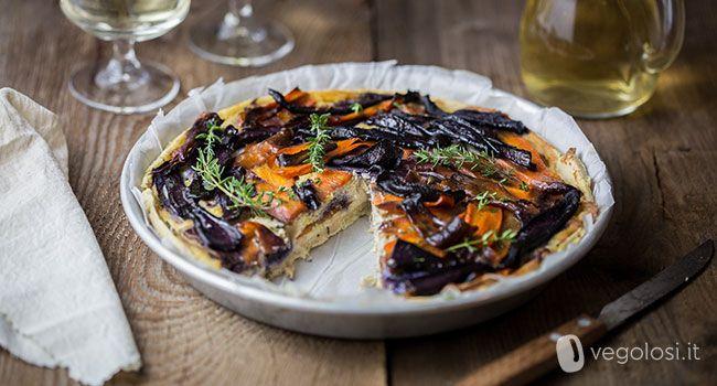 Questa quiche vegana con carote e crema al tofu è ideale come secondo piatto ma anche come ricco antipasto. La ricetta è facile, qui trovi anche il video,