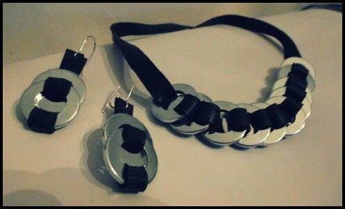 Orecchini in camera d'aria e rondelle metalliche. Collana abbinata. #recycle #reuse #earrings #necklace #innertube