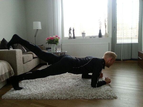 En annan bra övning för nedre ryggen samt skinkorna. Utgångspositionen är plankan och därefter lyfter man turvis upp ett ben i luften och håller det kvar i luften i 5-10 sekunder. Åtminstone för mig är denna samt den tidigare övningen viktiga för att förhindra att löptekniken lider i senare delar av ett maratonlopp. Ett svagt bålparti gör lätt att man sjunker ihop i löpningen, med sjuk rygg som följd.