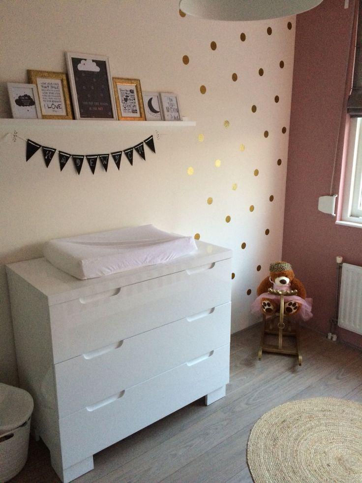 Babykamer/ babyroom Oud roze verf en gouden stickers op d'r muur. DIY naamslinger en kaarten in mooie fotolijsten.