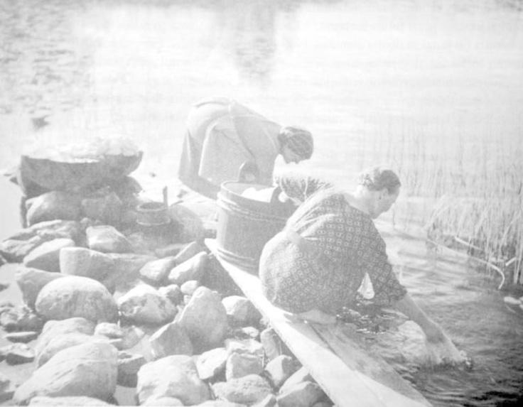 Veden kantaminen ja pyykinpesu olivat kotitalouden raskaimpia töitä. Pyykinpesu aiheutti eriasteista reumaa. Fyysisenä suorituksena sitä verrattiin mm. maanraivaukseen. Pyykinpesu oli mökin emännille tärkeä tienesti. Lapinlahti. Valok. Eino Nikkilä 1936. Museovirasto.