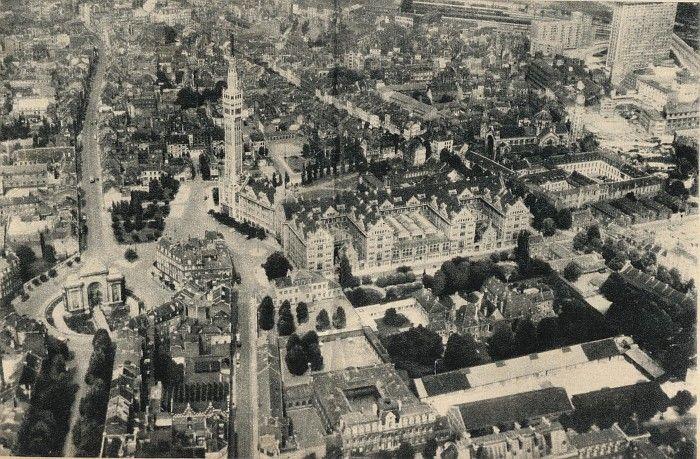 Lille 1959 - Sur cette vue aérienne de Lille, on peut distinguer, de gauche à droite, la porte de Paris, l'hôtel de ville et son beffroi, l'église Saint-Sauveur, le quartier du même nom, partiellement en cours de construction, et, enfin, la Cité Administrative, oeuvre de l'architecte Albert Laprade.