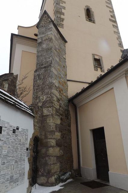 A torony egyik gótikus támpillére