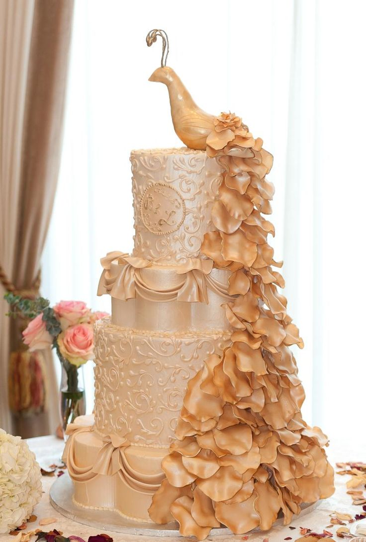 Peacock Wedding Cake, would love to see it more colorful