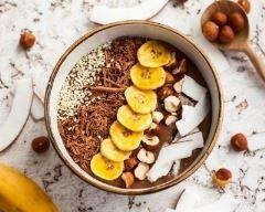 Smoothie bowl chocolat, banane, noisettes et noix de coco : http://www.cuisineaz.com/recettes/smoothie-bowl-chocolat-banane-noisettes-et-noix-de-coco-85813.aspx