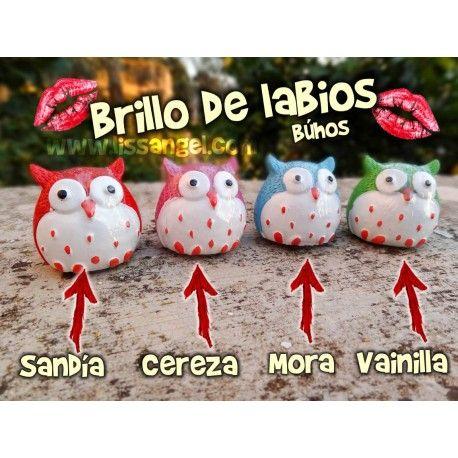 Hidrata y da un ligero toque de color a tus #labios de forma divertida con nuestros #bálsamos #brillos de labios con forma de #búhos. Hay cuatro modelos a elegir, con distinto aroma: #sandía, #cereza, #mora o #vainilla. El #aroma es muy suave y agradable, hidratarán tus labios y te darán un ligero toque de color. La tapa está en la base.  Medidas: 3,5cm de ancho x 3,5cm de alto #animales
