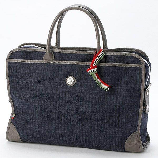オロビアンコ(ロイヤルバトラー)のビジネスバッグ90020OROKLA新作生地を使ったオロビアンコ新作アイテムの登場!イタリア素材のリモンタナイロンに高級感と光沢感を加えたジャガード調の新素材を採用した人気のビジネスバッグ。A4サイズのファイルやノートPC、タブレッドを余裕で収納することができ、外側には幅の広いファスナー式ポケットを採用、財布やスマートフォンなどすぐに取り出したいものを入れられて便利。また付属のショルダーベルトを付けることにより肩からかけて使用することが可能とビジネスシーンで重宝する事間違いなし。[型番:90020OROKLA]のオロビアンコ ビジネスバッグ90020OROKLAを買うならマルイの通販サイト「マルイウェブチャネル」で![TO915-155-06-01]
