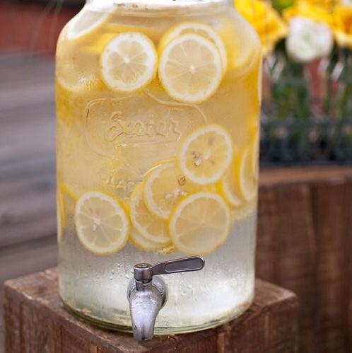 Une limonade maison ! Ingrédients : 1,25 litre d'eau glacée 250 ml de sucre 250 ml de jus de citron Glaçons Préparation : 1. Dans une petite casserole, porte à ébullition 250 ml (1 tasse) d'eau avec le sucre en remuant jusqu'à ce que le sucre soit fondu pour en faire un sirop. 2. Verser ce sirop dans un pichet et ajouter le jus de citron fraîchement pressé avec le reste d'eau glacée. Mettre le pichet au réfrigérateur. #yummy #drink #cocktail #summer