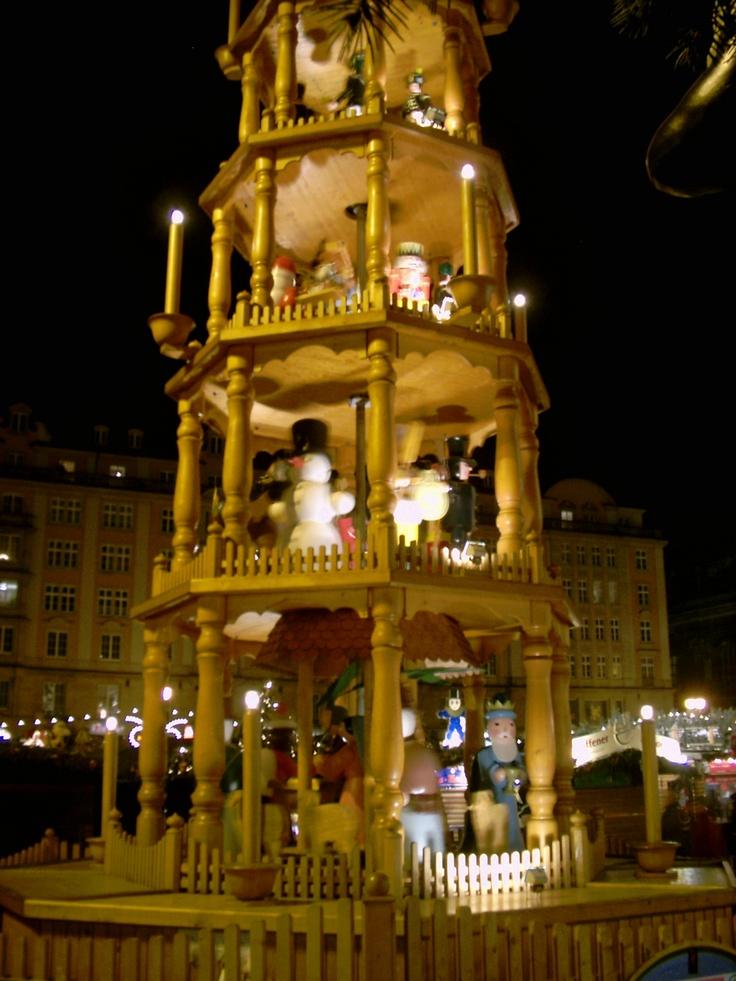 Große Pyramide auf dem Dresdner Weihnachtsmarkt