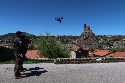 La société Freeway Drone était au Puy-en-Velay, ce mardi, pour enregistrer des images aériennes qui seront diffusées sur France Télévisions à l'occasion du Tour de France.