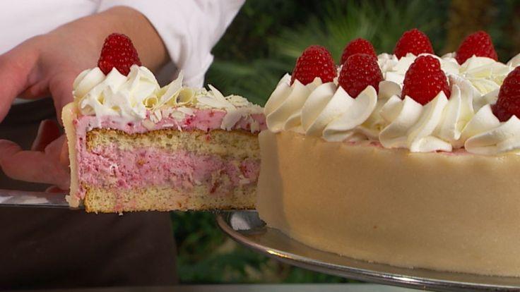 Lagkage kalles det på dansk. Altså en kake med flere lag. Bringebærkaken er laget med mandelbunn og bringebærfromasj. Oppskriften får du fra TV-serien Det søte liv.