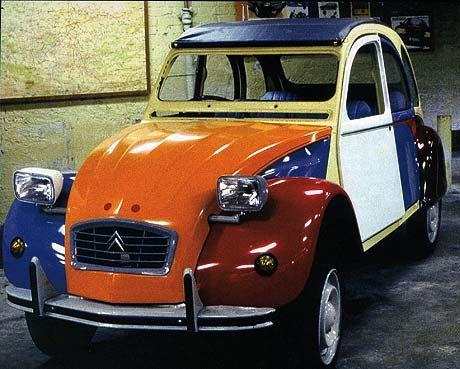 Jamais un véhicule n'a autant marqué l'inconscient collectif des français que la Citroën 2CV. Jamais aucun véhicule ne sut avec autant d'engouement faire la jonction entre plusieurs générations. Jamais aucun véhicule ne fut aussi immortel : la ligne de la dernière mouture de la 2CV n'a pas pris une ride. Mieux ! Elle est restée …
