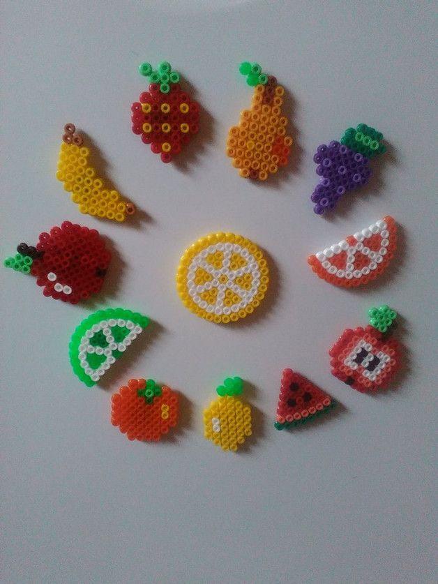 12 Kühlschrankmagnete mit Obst Motiven.  Handgefertigt aus Bügelperlen und mit einem recht starken Magneten versehen...der hält ein paar Blätter am Kühlschrank! Größe: Die Zitronenscheibe ist mit...