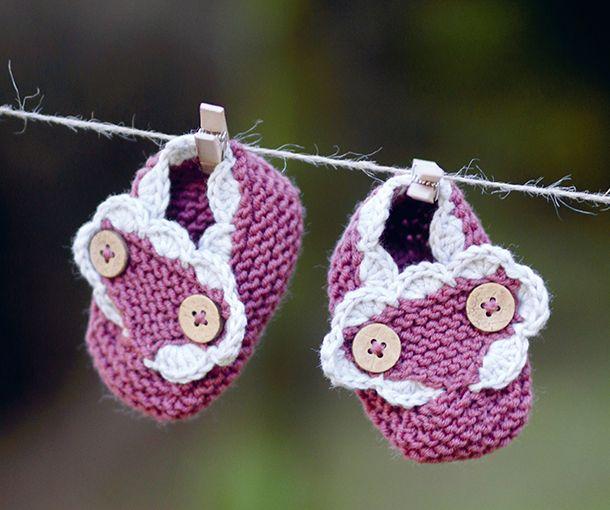 Du kan strikke disse søde tøfler til babys små fødder på en aften. De er nemme at lave og kan sætte prikken over i i'et som en barlselsgave.
