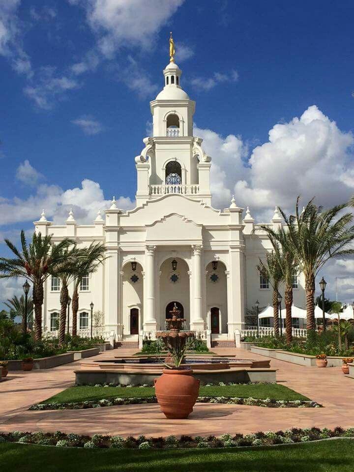 Este es el templo de Tijuana México. Está en Tijuana, México. Este templo es también la iglesia de Jesús Cristo de los Santos. Muchas personas que vienen aquí son muy en serio su religión.