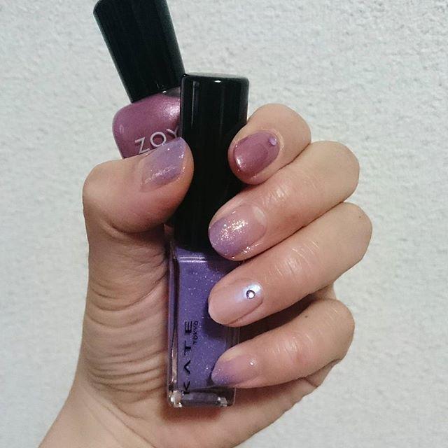 #セルフネイル  この前KATE のネイルカラーに 一目惚れして買い 使いたいと思ってたので早速 塗ってみました💅  親指、中指、小指にグラデーションしてみました 思った通りキレイな紫色!  秋らしくしたかったので何色と 合わせようか迷って ZOYAのマニキュア見つけて塗ってみたら めちゃくちゃ塗りやすかった!  #セルフネイル部#秋ネイル #グラデーションネイル #ネイルサークル #紫ネイル #ネイル#ポリッシュ #休日ネイル#シンプルネイル #kate#zoya#selfnail#nail